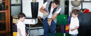 זיגי הקוסם מחלק פרסים לילדים