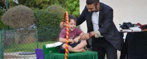 זיגי הקוסם משעשע את הילדים