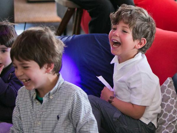 קוסם שמצחיק ילדים